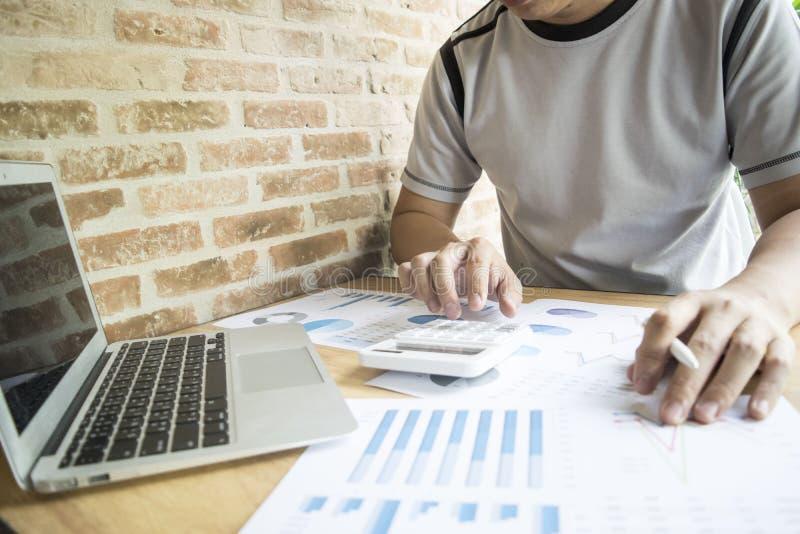 Księgowi egzamininują firma finanse przygotowywać rozwój biznesu plany dla Azja Wschodnia obraz stock