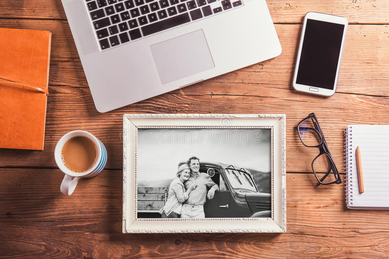 księgowości biznesowy pojęcia biurka biuro Przedmioty i czarno biały fotografia starsza para obrazy stock
