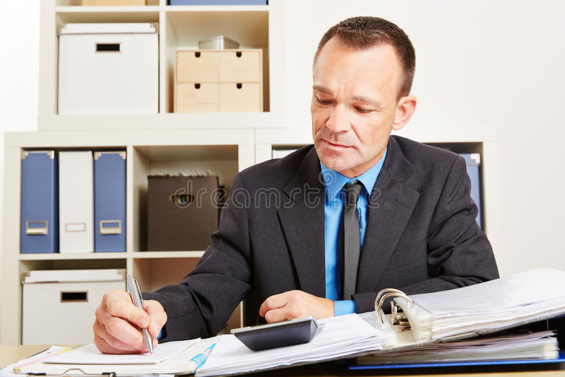 Księgowy podczas podatek rewizi w biurze zdjęcia stock