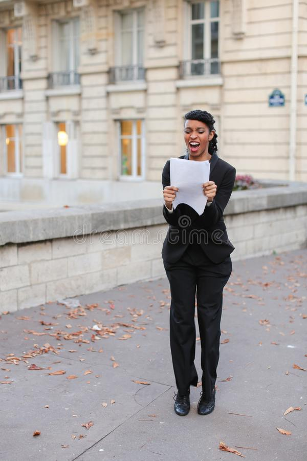 Księgowy pozycja na ulicie z papierami w rękach i opowiadać o obraz royalty free