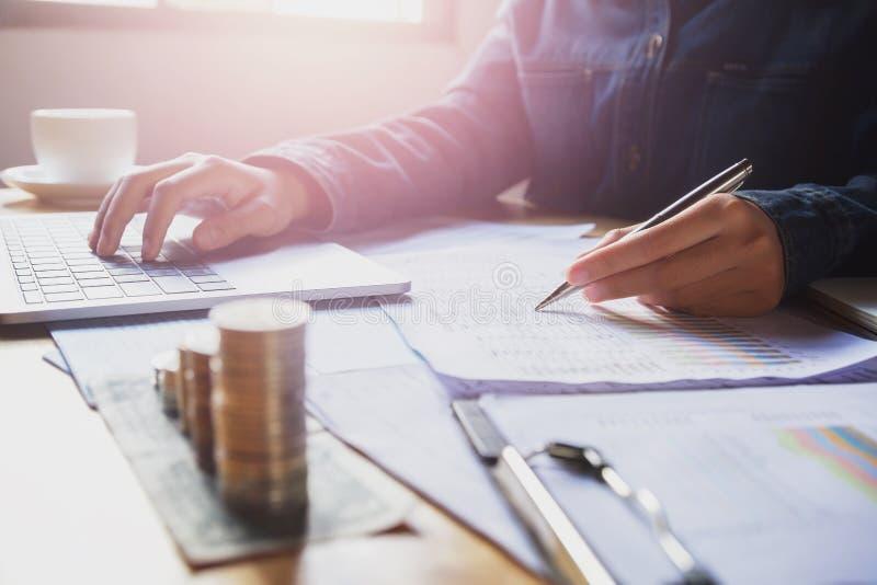 księgowy pracuje na biurku w biurze biznesu accou i finanse obrazy stock