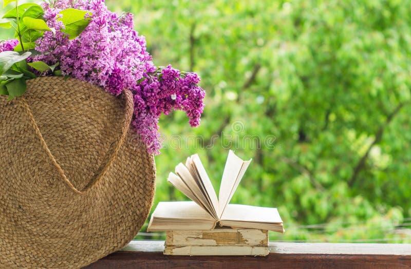 Ksi??ka, szk?a, fili?anka herbata i bez na drewnianym okno, Fragrant herbata w ogr?dzie Romantyczny poj?cie obraz royalty free