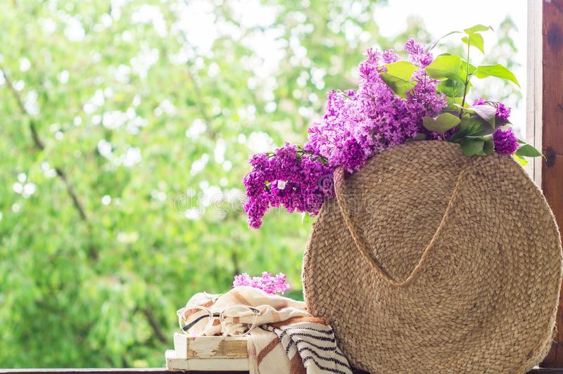 Ksi??ka, szk?a, fili?anka herbata i bez na drewnianym okno, Fragrant herbata w ogr?dzie Romantyczny poj?cie obrazy royalty free