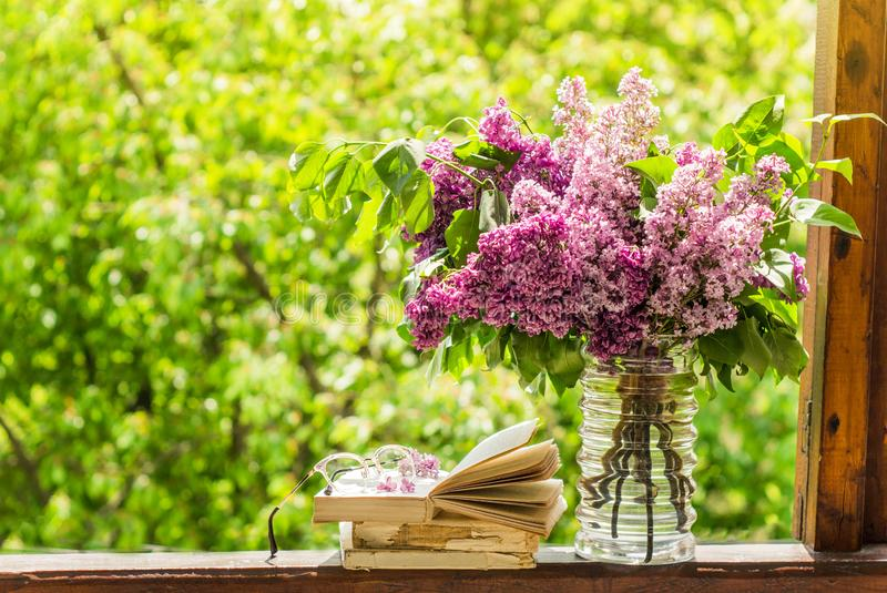 Ksi??ka, szk?a, fili?anka herbata i bez na drewnianym okno, Fragrant herbata w ogr?dzie Romantyczny poj?cie zdjęcie royalty free
