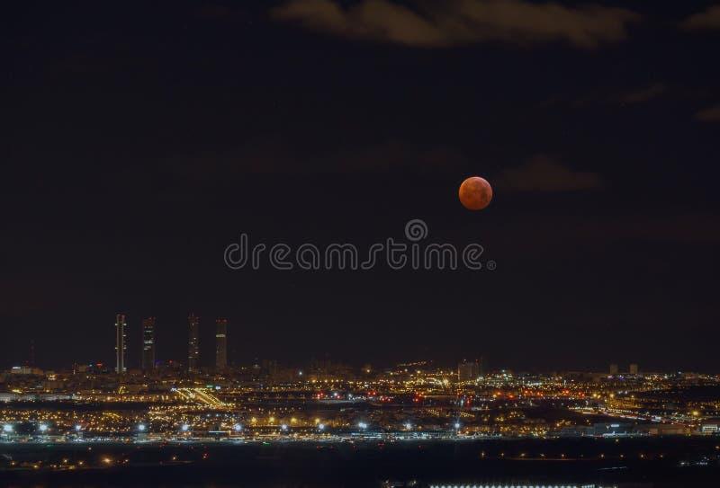 ksi??yc - luna, za?mienie nad morzem zdjęcie stock