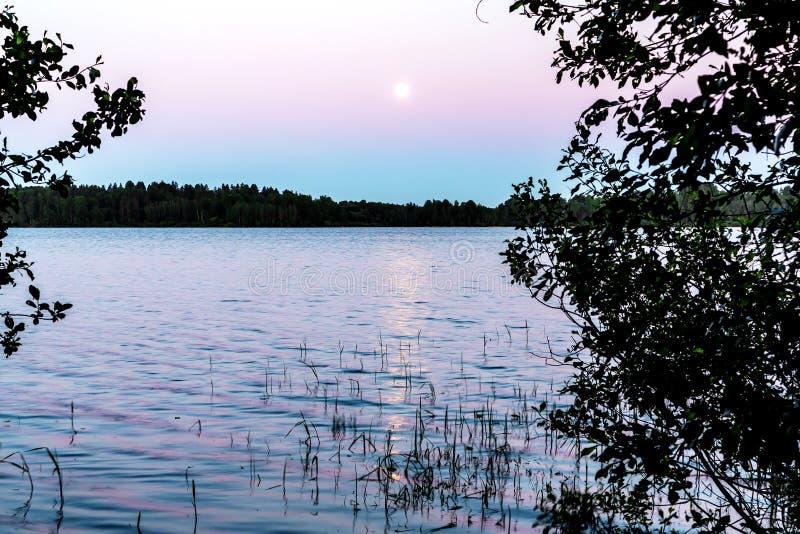 Ksi??yc odbija w powierzchni jezioro Pi?kny noc krajobraz, t?o obraz stock
