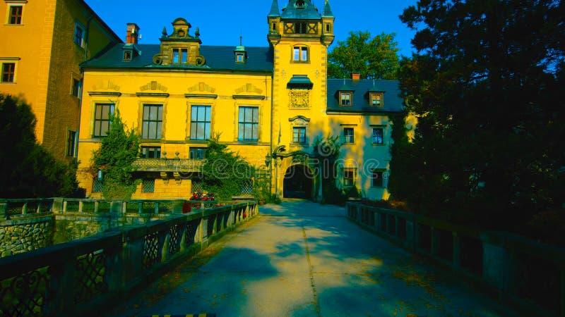 Ksiaz城堡令人惊讶的看法在Walbzych附近的夏日 Ksiaz城堡是第三在波兰和普遍的游人的最大的城堡 免版税库存图片