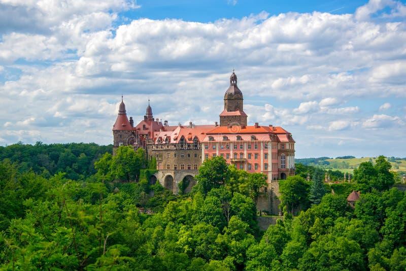 Ksiaz城堡风景看法在Walbzych,波兰附近的夏日 免版税库存图片