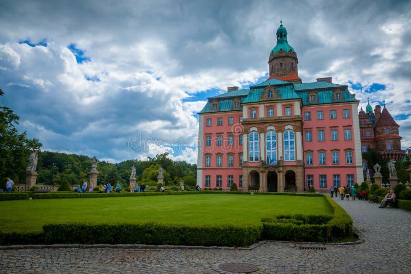 KSIAZ, POLEN - JUNI 7, 2009: Het Ksiaz-kasteel is het grootste kasteel in het gebied van Silesië van Polen royalty-vrije stock afbeelding