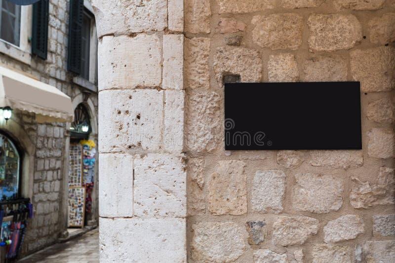 Kształtuje tradycyjnego prętowego signage mockup w starym centrum miasta fotografia royalty free