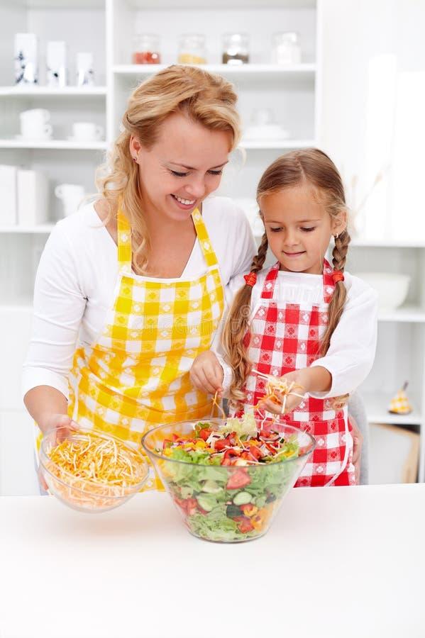 Kształcący dzieciaków dla zdrowych stylów życia wyborów - matka i daught zdjęcie stock