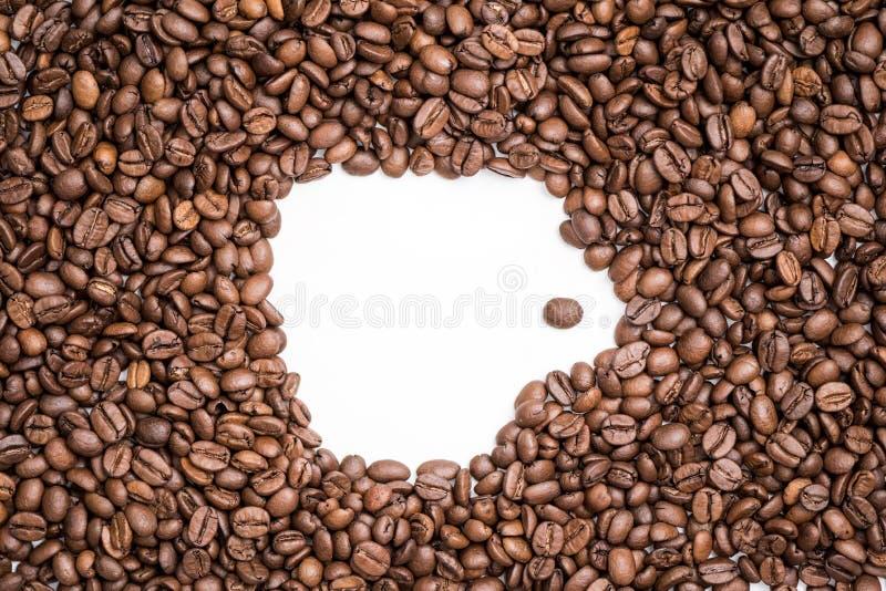 Kształt biała filiżanka po środku świeżo piec kawowych fasoli tekstury zdjęcie royalty free