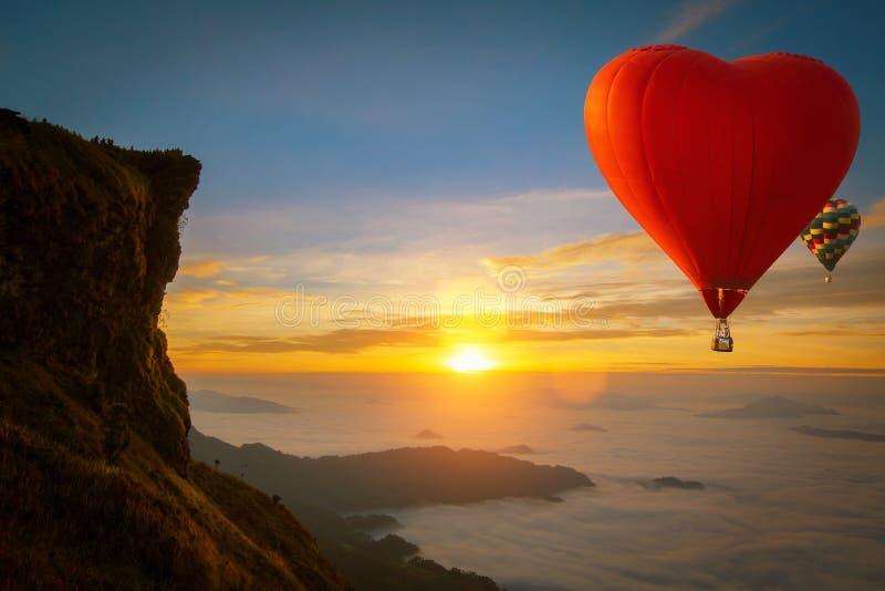 Kształt serca balon gorącego powietrza leci nad górą Phucheefah fotografia royalty free