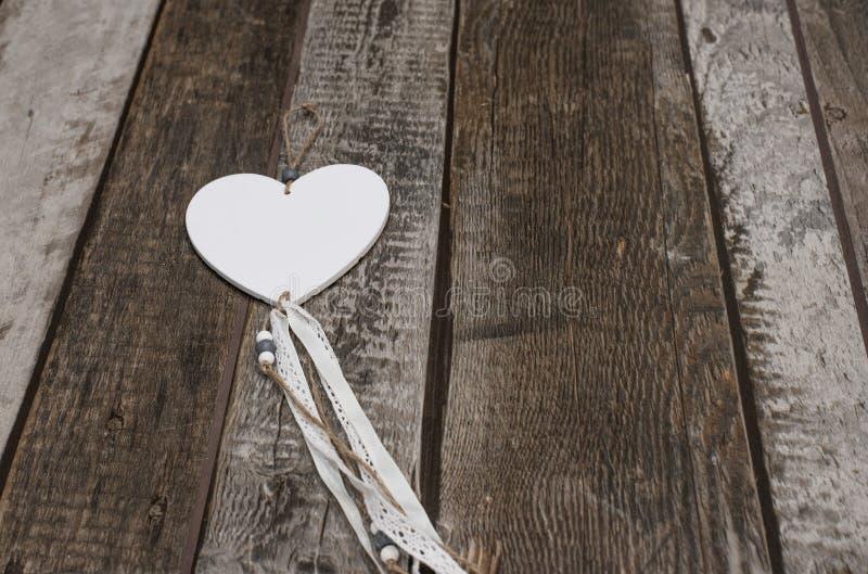 Kształt serca na drewnianym tle zdjęcie royalty free