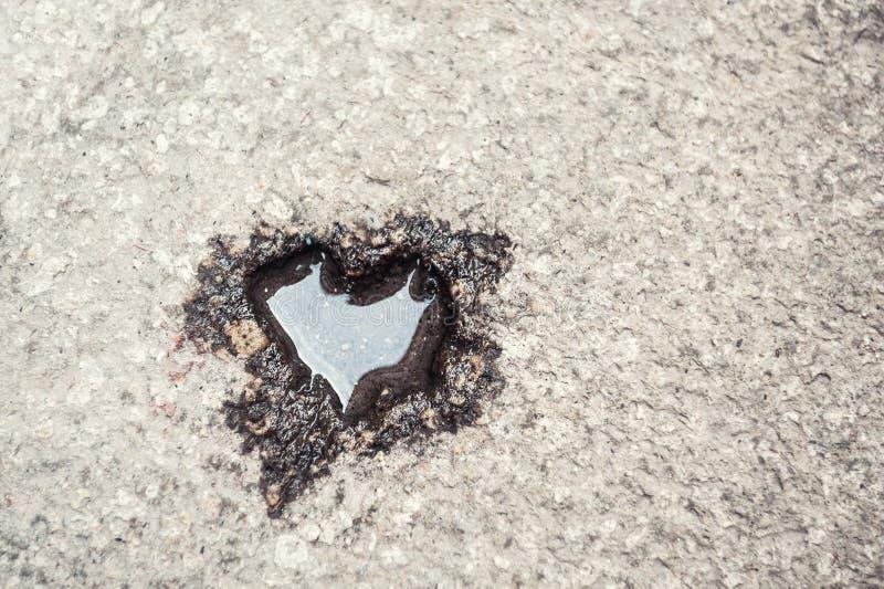 Kształt serce na kamiennej powierzchni zdjęcia stock
