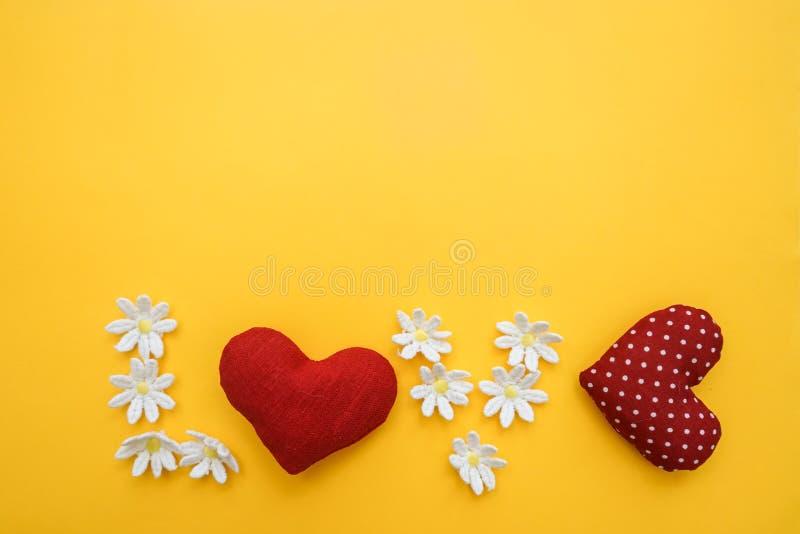 Kształt z worl miłością robić rękami z sercami i kwiatami zdjęcia royalty free