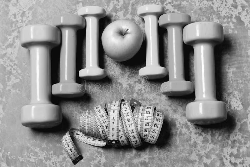Kształtować i sprawności fizycznej wyposażenie Barbells, kolorowe taśm miary i jabłko umieszczający w wzorze, topview obrazy royalty free