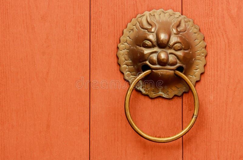 Kształtująca drzwiowa rękojeść lub lwa kierowniczy drzwiowy knocker obraz royalty free