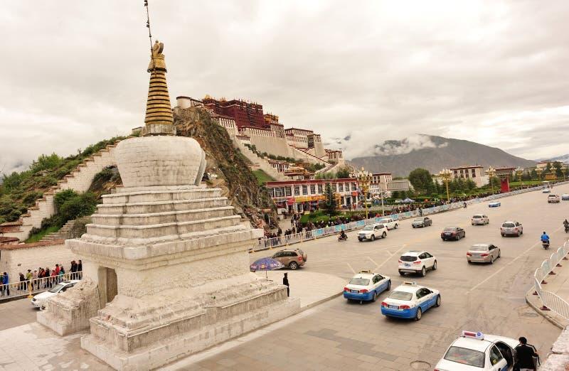 kształtuje teren i kupczy na potala pałac, Tibet obraz royalty free