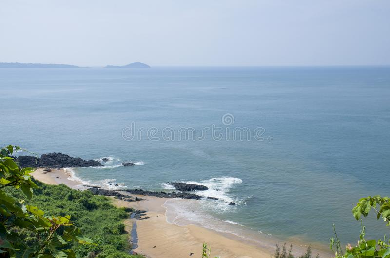 Kształtuje teren tropikalną plażę Vasco De Gamma w India obraz stock