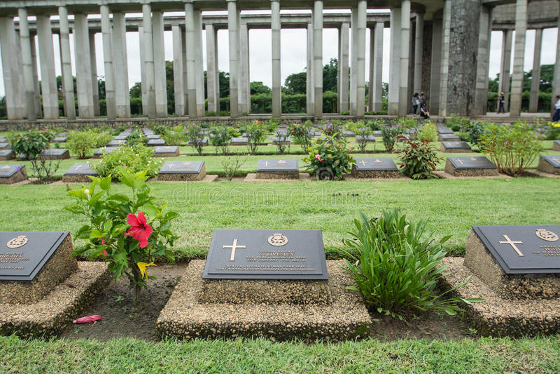 KTAUK KYANT, MYANMAR - 29 DE JULIO: Sepulcros de la guerra en el cementerio de la guerra de Htauk Kyant el 29 de julio de 2015 en imágenes de archivo libres de regalías