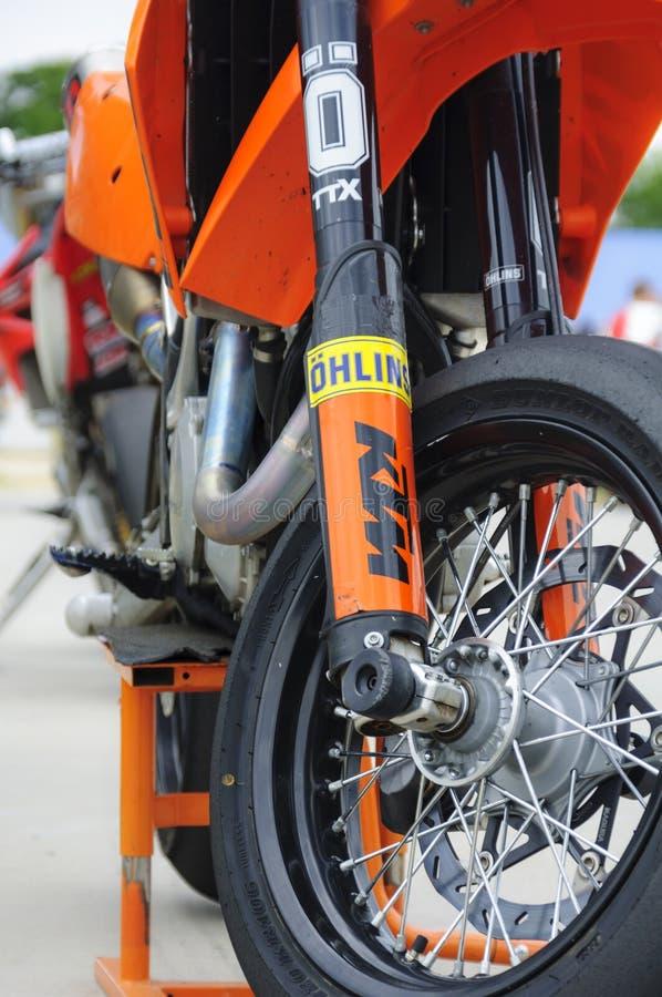 KTM Supermoto Aufhebung lizenzfreie stockbilder