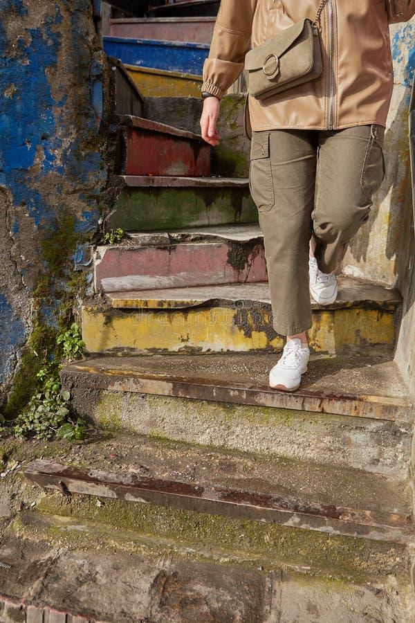Ktoś idzie na spiralne schody tęczowe obraz stock