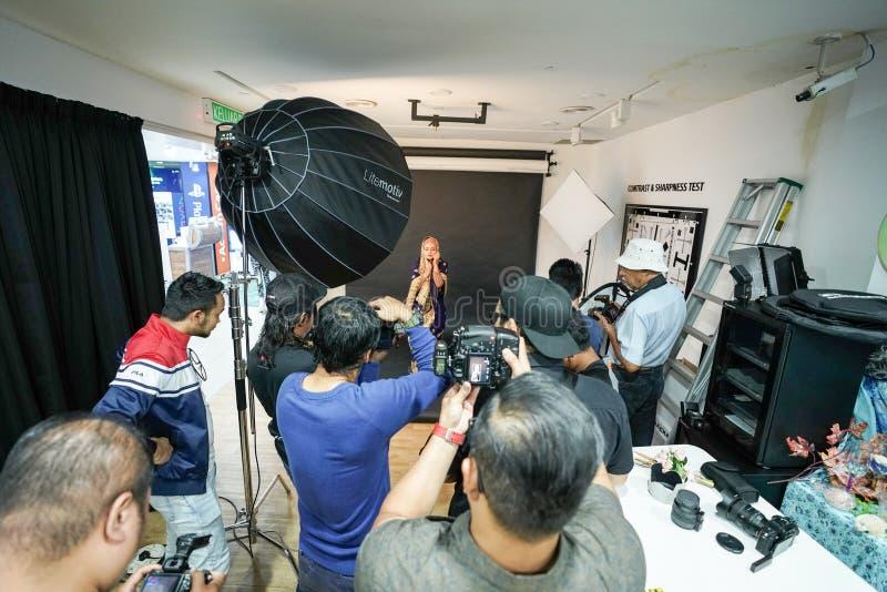 "Kuala Lumpur, †de Malásia ""3 de novembro de 2018: Grupo de fotógrafo que aprendem o retrato criativo durante a foto que dispara imagem de stock"