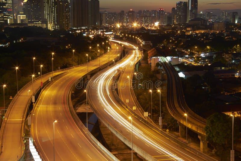 Kuala Lumpur avec la traînée légère renversante du trafic occupé de route photos stock