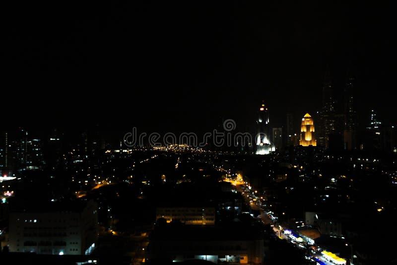 Kuala Lumpur City, Malasia en la noche all? es luces de edificios, de casas, de caminos y de mercados foto de archivo libre de regalías