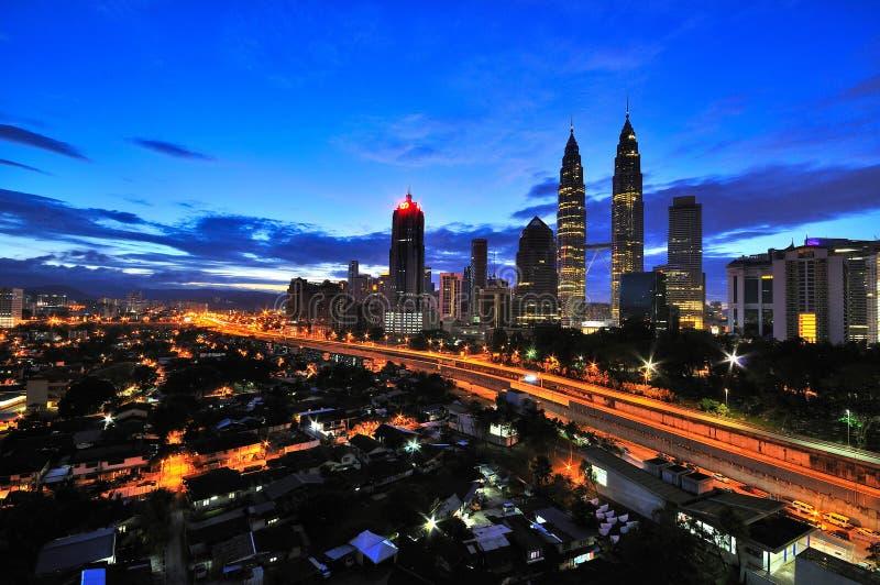 Kuala Lumpur City tijdens blauw uur stock foto's