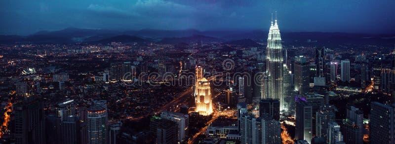 Kuala Lumpur-horizon bij nacht, mening van het centrum stock afbeelding
