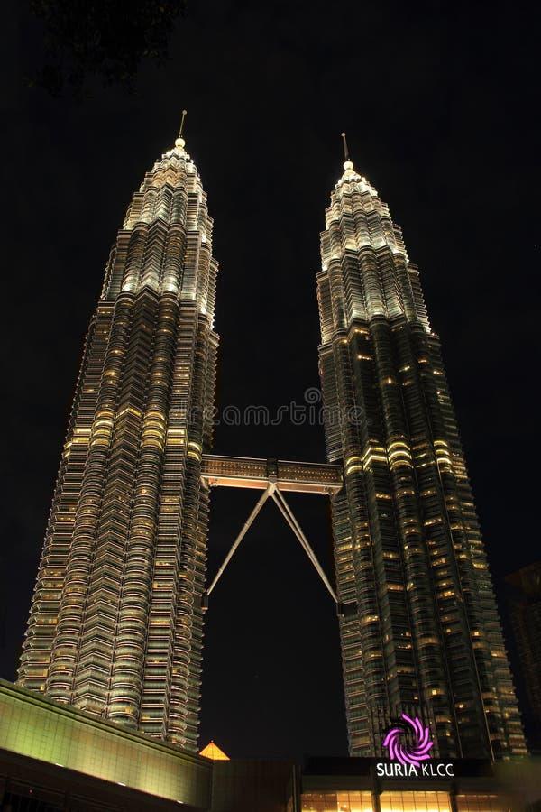 Kuala Lumpur 2017, le 17 février, lumière des Tours jumelles de Petronas de la Malaisie la nuit image stock