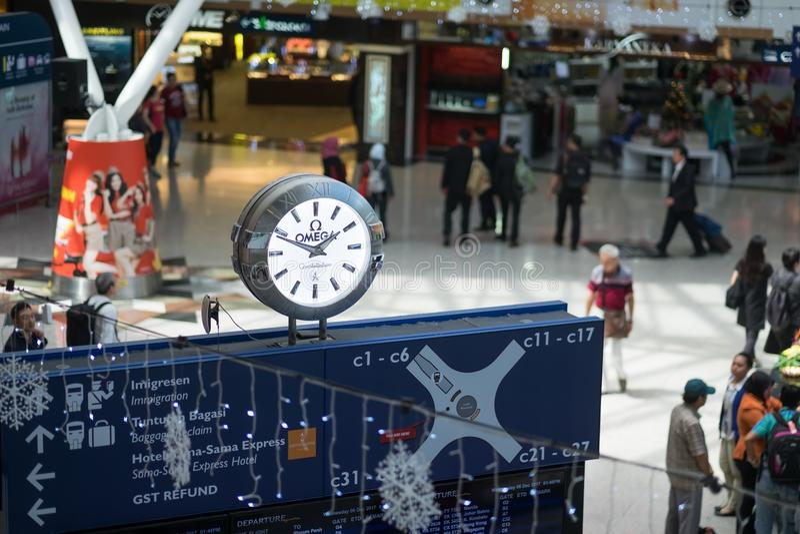 Kuala Lumpur, Malásia - 6 de dezembro de 2017: Dentro do terminal de Kuala Lumpur International Airports e do placar do tempo imagens de stock royalty free