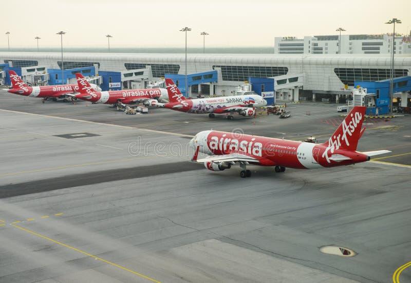 Kuala Lumpur, Malásia - 18 de julho de 2018: As linhas aéreas do ` s de AirAsia estão perto no aeroporto KLIA2 internacional imagens de stock