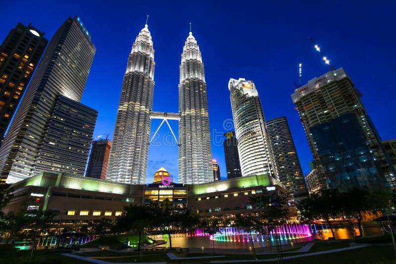 KUALA LUMPUR, MALÁSIA - 18 de julho de 2016: Torres gêmeas de Petronas com a fonte musical na noite em Kuala Lumpur, Malásia foto de stock