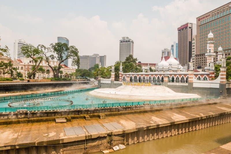 Kuala Lumpur, Malásia - 5 de março de 2019: A mesquita de Masjid Jamek sexta-feira, a estação de trem e as construções modernas d imagens de stock royalty free
