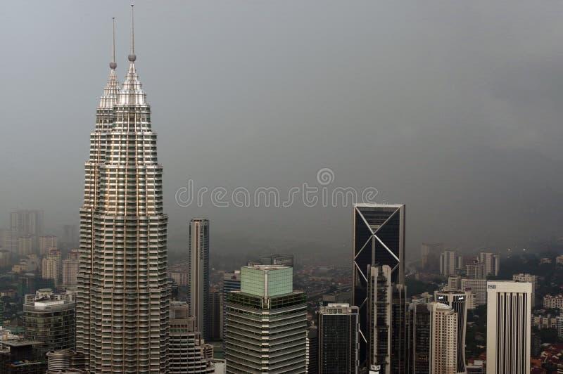 Kuala Lumpur, Malásia - 17 de novembro 2016: Cenário dramático da cidade de Kuala Lumpur no por do sol Vista da Quilolitro-torre  imagens de stock royalty free