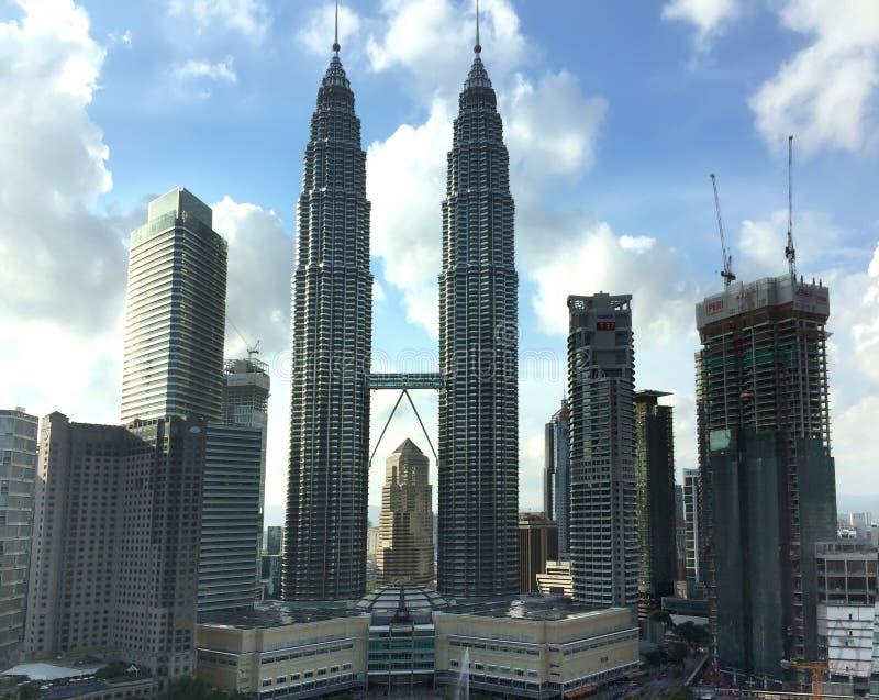 KUALA LUMPUR, MALÁSIA 12 DE OUTUBRO DE 2016: Torres gêmeas de Petronas em Kuala Lumpur, Malásia fotos de stock royalty free
