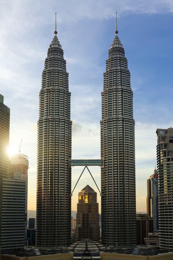 KUALA LUMPUR, MALÁSIA 13 DE OUTUBRO DE 2016: vista na baixa e nas torres de Petronas foto de stock royalty free
