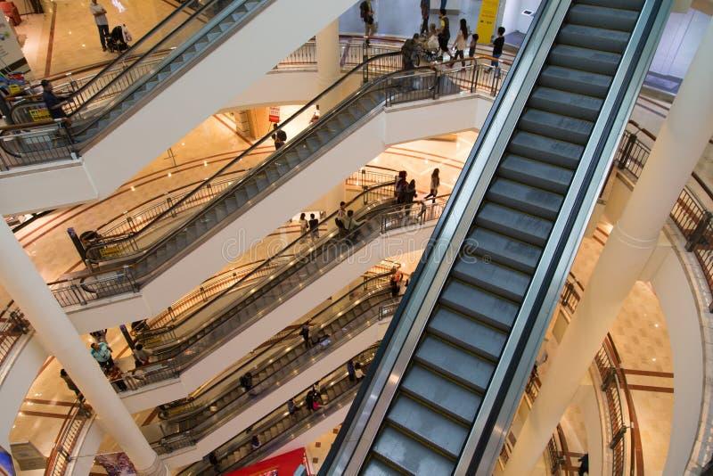 KUALA LUMPUR, MALÁSIA - 27 DE SETEMBRO: Escadas rolantes em Suria miliampère de compra fotos de stock