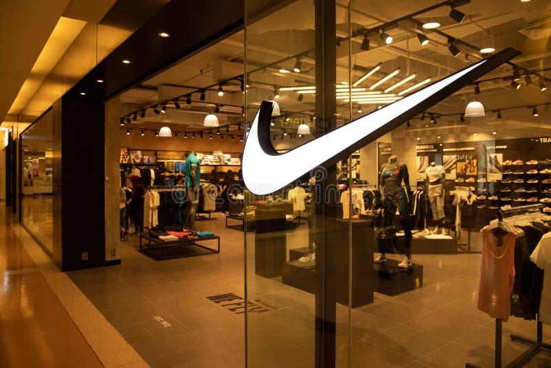 KUALA LUMPUR, MALÁSIA, o 18 de abril de 2019: Nike, Inc é um corporaçõ multinacional americano que introduza no mercado calç imagem de stock