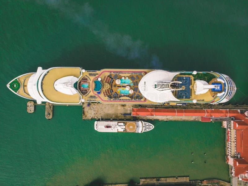 Kuala Lumpur, Malaisie - 12 août 2018 : Vue aérienne d'arrêt de bateau de croisière au port du ` s de Penang avant de se diriger  images stock