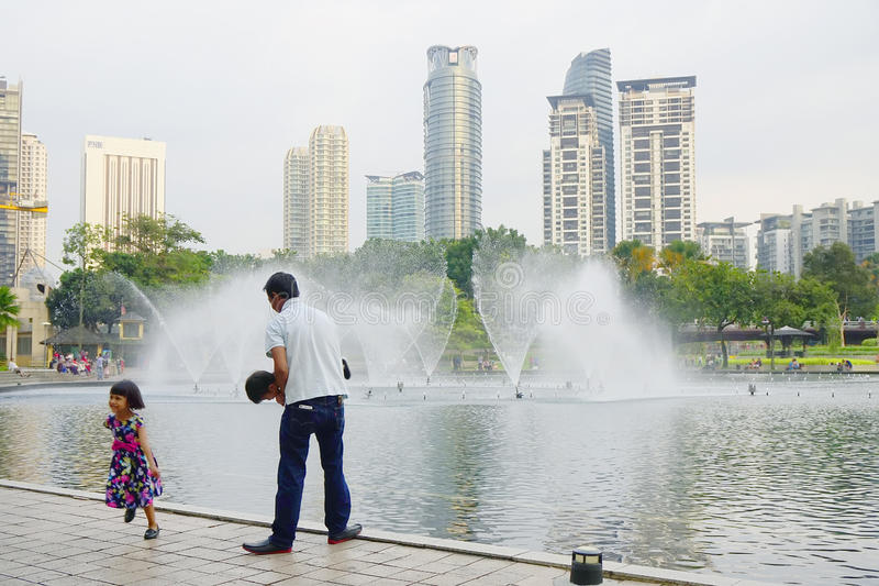 KUALA LUMPUR, MALAISIE - 10 JANVIER 2017 : Les fontaines du Petronas domine, les gratte-ciel célèbres en Kuala Lumpur, Malaisie photos stock