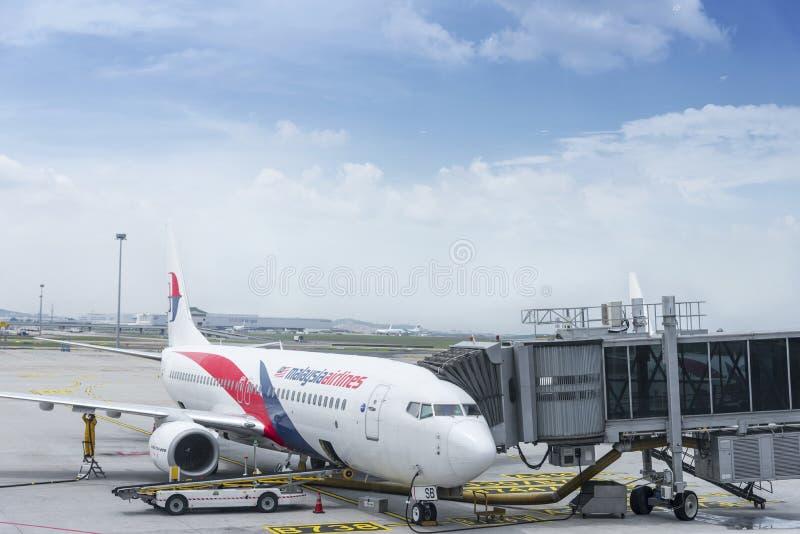 Kuala Lumpur, Malaisie, le 10 avril 2019 : Avion de l'amarrage de Malaysia Airlines pour que les passagers embarquent chez Kuala  photo stock
