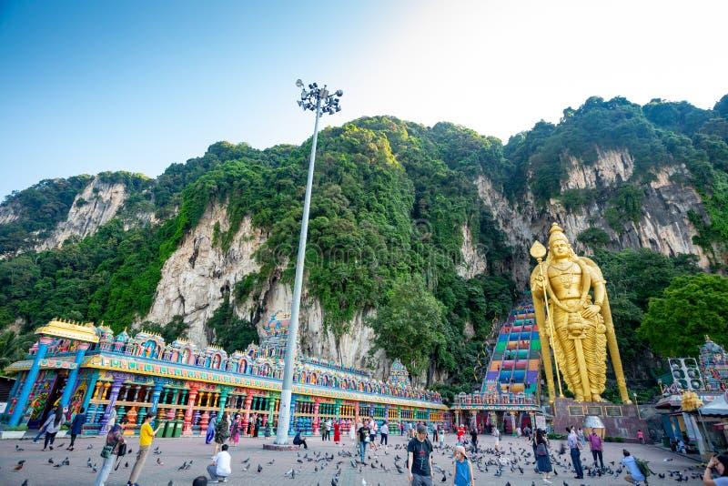 Kuala Lumpur, Malaisie - 3 mai 2019 : Les gens montant les escaliers des cavernes de Batu images stock