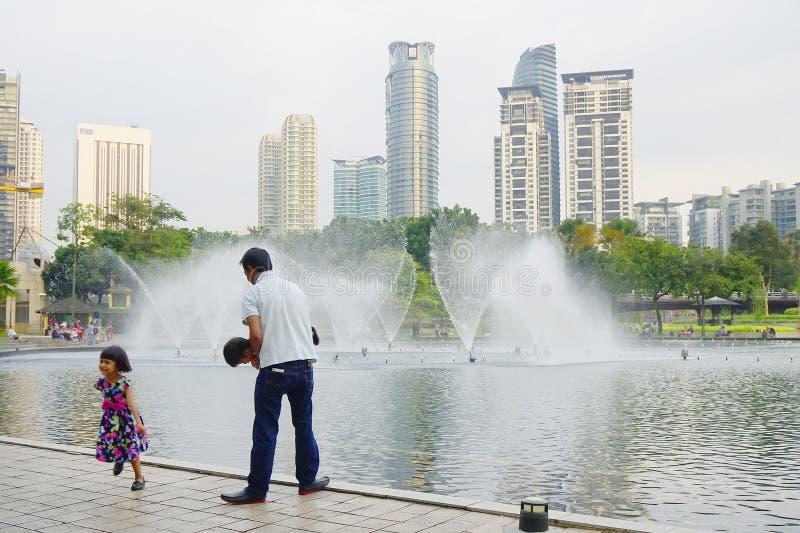 KUALA LUMPUR, MALASIA - 10 DE ENERO DE 2017: Las fuentes del Petronas se elevan, los rascacielos famosos en Kuala Lumpur, Malasia fotos de archivo