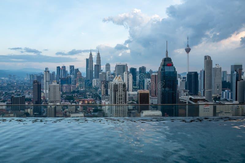 Kuala Lumpur, Malasia - 27 de febrero de 2019: Vista al horizonte con las torres de Petronas de la piscina del infinito fotos de archivo libres de regalías