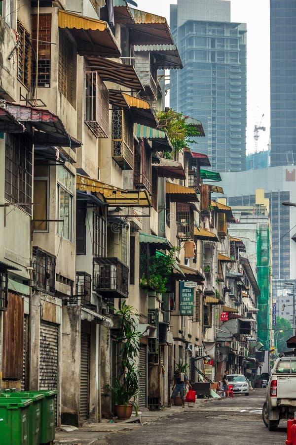KUALA LUMPUR, MALASIA - 7 de marzo de 2019: Casas apretadas en Kuala Lumpur céntrico fotos de archivo libres de regalías