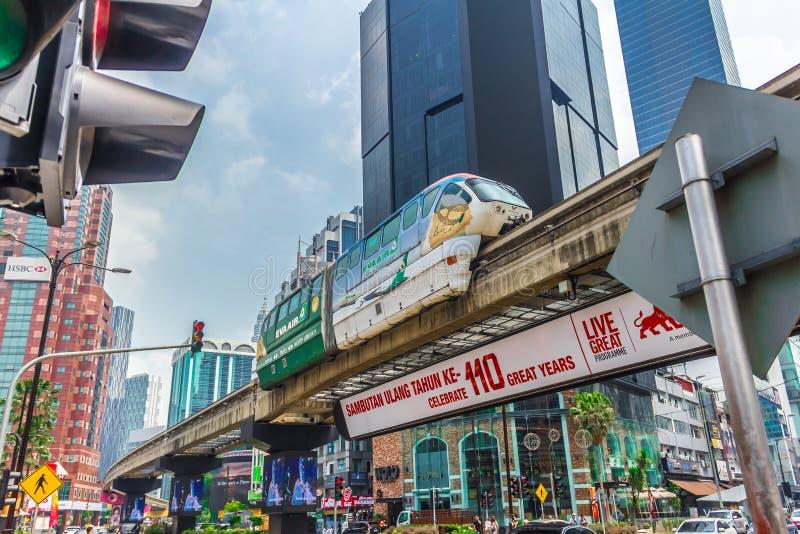 KUALA LUMPUR, MALASIA - 7 de marzo de 2019: Tren ligero del tránsito o del monorrail del carril que cruza el ferrocarril imagen de archivo libre de regalías